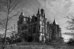 chez les gendarmettes (steflgs) Tags: bnw noiretblanc abandonedcastle patrimoine chateau urebx rurex abandon