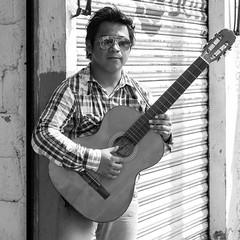 Músico del boulevard (Marcos Núñez Núñez) Tags: lentes guitarra guitar streetphotography streetportrait bw blackandwhite blancoynegro retrato oaxaca tuxtepec urban portrait musician streetmusician