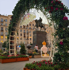 Kitsch à la russe (Tigra K) Tags: moskva moscow russia ru 2016 city cross dome flower funny horse iphone metal monument sculpture sign statue arch