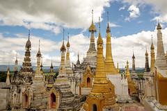El bosque de pagodas (Nebelkuss) Tags: myanmar lagoinle inlelake asia birmania burma lago lake inle pagoda cielo sky nubes clouds fujixt1 fujinonxf1855