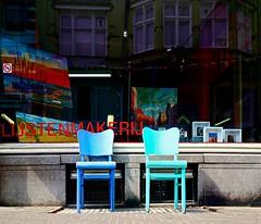 Voor de onverwachte gast (Roel Wijnants) Tags: ccbync roelwijnants roelwijnantsfotografie roel1943 lijstenmakerij stoelen winkel rusten onverwacht gasten zetel stoel kleurig