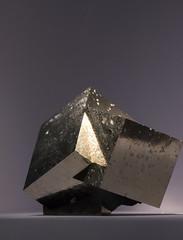 Tri-force (benjamin urbain) Tags: cristaux minéraux nature macro d3300 pyrite cube géométrique