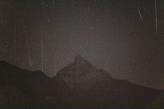 Etoiles filantes depuis le balcon (multimaniack) Tags: rouge nuit etoiles filantes shooting stars dentdumidi cimedelest night perseides canon 60mm 760d astrophotography