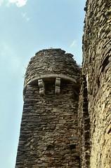 Saint-Rémy de Blot (Puy de Dôme) (Cletus Awreetus) Tags: france puydedôme auvergne strémydeblot architecture pierre châteaufort tour moyenâge middleage été ruines