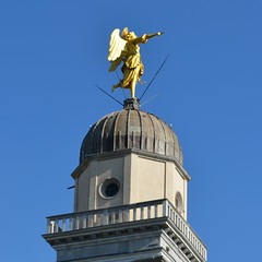 The Angel [Udine - 21 April 2018] (Doc. Ing.) Tags: 2018 udine ud friuli fvg friuliveneziagiulia nordest italy spring angel gold statue sculpture metal detalhesemferro irondetails square