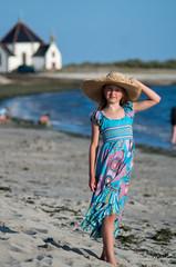 A la plage de Penvins (Tormod Dalen) Tags: tamron 105mm adaptall robe dress fille chapeau hat girl penvins france beach plage ct105 tamronadaptall10525 bretagne portrait morbhian