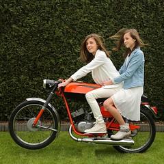 027 (rik.kiekens) Tags: twins sisters brunette 2girls girls beautifulgirls beautifuleyes cutegirls people portrait