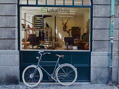 senza titolo-21.jpg (max832) Tags: copenaghen2018olympusdenmarkeurope bici bike street shop geometry window