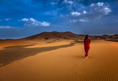 caminando (por agustinruizmorilla) Tags: caminando desierto desert rojo red woman mujer