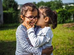 Pour l'amour d'une sœur... (Guizmer) Tags: sœur sister bisous amour love enfant enfants child childs kid olympusem10 panasonic20mm france brunoy