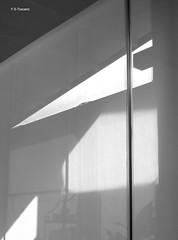 Espacios de luz y sombra. light and shadow spaces. (Esetoscano) Tags: lucesysombras lightsandshadows reflejos reflections dibujandoconluz drawingwithlight arquitecturavirtual virtualarchitecture geometría geometry abstracto abstract bw bn byn monocromo monochrome esetoscano