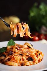 Tagliattelle Putanesca 1 (carmenmedinalopez) Tags: food foodstyling foodphotography foodesing estilismodealimentos estilismo gastronomico tagliattelle putanesca madrid albahaca