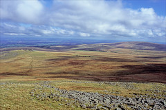 dartmoor (Ron Layters) Tags: dartmoor moorland northwestmoors light tors granite rocks landscape okehamptoncommon dartmoornationalpark meldon devon england unitedkingdom slidefilmthenscanned slide transparency fujichrome velvia leicar6 leica r6 ronlayters