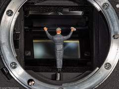 Klapp den Spiegel hoch zum putzen :-) (J.Weyerhäuser) Tags: samyang100 manuelfokusiert hmm macromondays photographygear nikon d80 kamera spiegel tinypeople h0