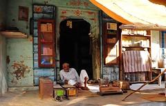 India- Rajasthan- Dundlod (venturidonatella) Tags: india asia rajasthan persone people gentes colori colors nikon nikond300 d300 emozioni dundlod uomo man street strada streetscene streetlife