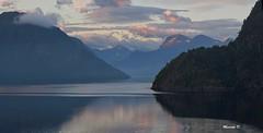 Finalmente tra i Fiordi (Davide'70) Tags: norvegia geiranger fiordo maredelnord montagne alba luci atmosfera riflessi silenzio immersione contemplazione paesaggio grandezza unesco