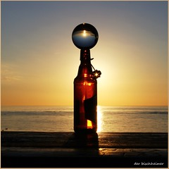 Stillleben am Meer (der bischheimer) Tags: kugel glaskugel crystal lensball flasche flaschenpost sonnenuntergang sunset meer ostsee baltic mecklenburgvorpommern poel canon derbischheimer