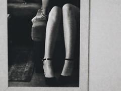 Pas sûr d'elle (Angélique Kowalski) Tags: noir et blanc black white women girl jambes legs