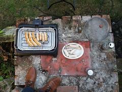 Würstkes und Schuhe (QQ Vespa) Tags: vogelperspektive bbq grillen grill grillwurst schuhe elektrogrill