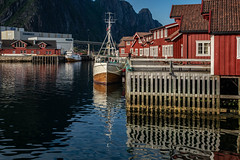 Fischfang auf den Lofoten (krieger_horst) Tags: hurtigruten norwegen svolvær rot wasser spieglung reflex fischerboot lofoten