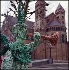 Rolleis Spring 2018 (03) Devil near the Church (Hans Kerensky) Tags: rolleiflex 35c tlr schneider xenotar fuji pro 160ns plustek opticfilm 120 march 2018 maastricht vrijthof devil zaat herremenieke