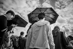 en passant par Versailles (Jack_from_Paris) Tags: l1011797bw leica m type 240 10770 leicaelmaritm28mmf28asph 11606 dng mode lightroom capture nx2 rangefinder télémétrique bw noiretblanc noir et blanc monochrom wide angle street château de versailles visite attente queue waiting asie asiatique parapluie umbrella soleil