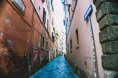 senso unico in centro (sergiogilleslacavalla) Tags: strada vicolo roma cartello stradale muri sergio gilles lacavalla