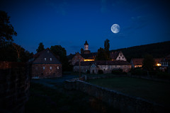 Büdingen bei Nacht (janeway1973) Tags: büdingen nacht night dark lights dunkelheit dunkel darkness lichter laternen lanterns historic center historisch altstadt stadtkern moon mond composing castle schloss