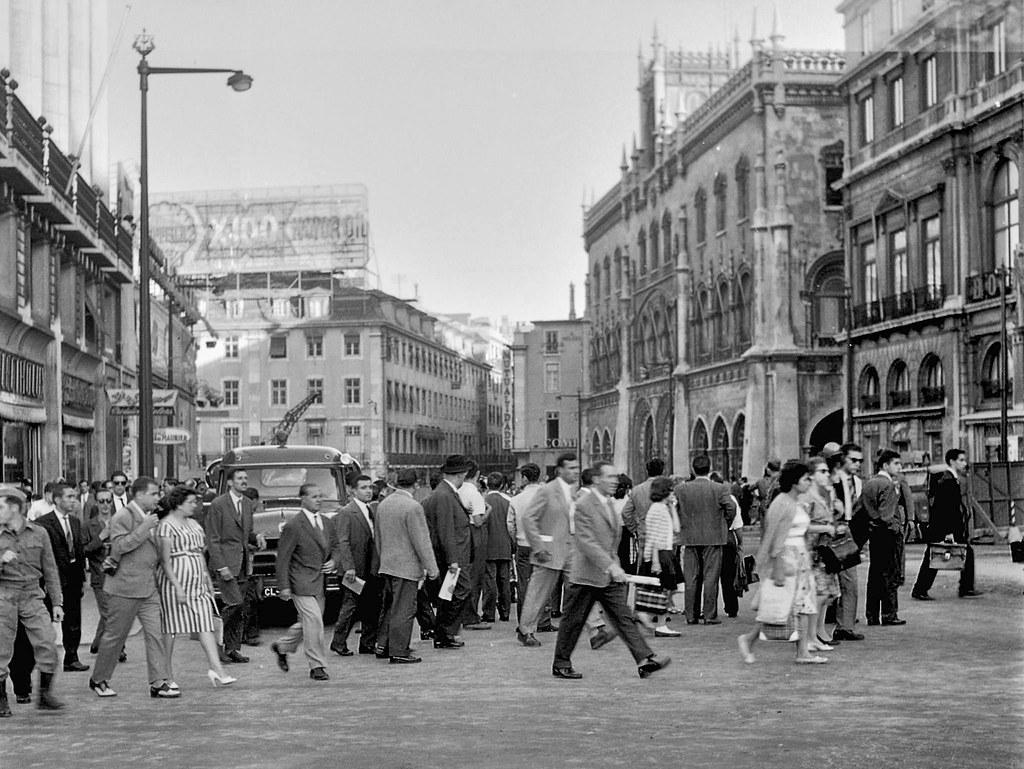 Rua do 1.º de Dezembro com portugueses, Lisboa (Augusto de Jesus Fernandes, 1961)