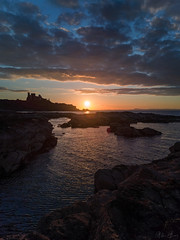 Tantallon Castle at Sunset (MilesGrayPhotography (AnimalsBeforeHumans)) Tags: architecture britain beach castle tantalloncastle dusk europe evening firthofforth glow golden historic historicscotland huawei huaweip20pro cameraphone iconic landscape landscapephotography leica nighfall northberwick outdoors old ocean photography photo portrait reflections rocks ruins scotland scenic sky skyline sunset sunlight sunshine scottish summer scottishlandscapephotography sea seascape seacliffbeach town twilight uk unitedkingdom village volcanic waterscape wide water
