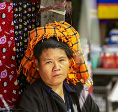 El tocado (Nebelkuss) Tags: myanmar nyaungshwe lagoinle inlelake asia birmania burma retratos portrait tocado headdress mercado market fujixt1 canonfd100f28