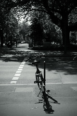 Door into Summer (Amselchen) Tags: bokeh blur dof depthoffield mono monochrome light shadow bnw blackandwhite bike bicycle sidewalk street road season earlysummer sony a7rii alpha7rm2 sigma mc11 canon ef50mmf18ii sonyilce7rm2