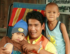 handsome father with children (the foreign photographer - ฝรั่งถ่) Tags: handsome father children two boys khlong thanon portraits bangkhen bangkok thailand canon