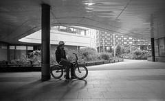 Paris - Avril 2012 (Maestr!0_0!) Tags: noir blanc black white rue street people candid canon a1 kodak trix 400 beaugrenelle paris film pellicule argentique epson v700 bike velo bmx