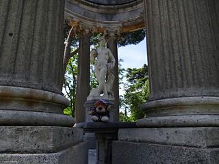 Leoncia con el dios Baco en Madrid.