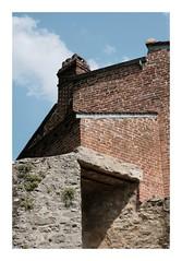 Pierres et briques (DavidB1977) Tags: france picardie hautsdefrance gerberoy fujifilm x100f pierres mur briques construction maison oise