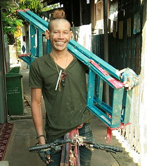 handyman with ladder and top knot (the foreign photographer - ฝรั่งถ่) Tags: handyman ladder unique hair style khlong thanon portraits bangkhen bangkok thailand canon