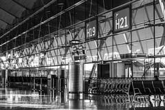 Lonely woman on a bench (michael_hamburg69) Tags: madrid comunidaddemadrid spanien es spain españa espagne flughafen airport madridbarajas adolfo aeropuerto suárez mad terminal architecture architektur h19 h21 terminal4