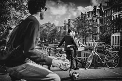 Amsterdam (♥siebe ©) Tags: 2018 holland nederland netherlands siebebaardafotografie dutch family fotoshoot photoshoot wwwsiebebaardafotografienl amsterdam scene cityscape city view scenery couple tourists love lovers houses girl woman cyclist fietser fiets bicycle gracht canal bridge people streetphotography