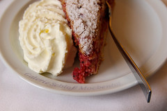 träuble (Greyframe) Tags: obst kuchen cake museum mochental gallerie sahne johanniseere teller cream greyframe germany red lecker taste tasty eat color