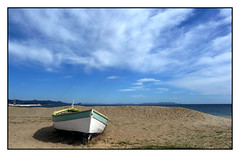 Sur la plage....abandonnée - On the beach .... abandoned (diaph76) Tags: extérieur france var provence paysage landscape ciel sky nuages clouds sable sand plage beach mer sea eaudemer seawater barque boat