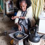 Una donna Afar tosta sul momento il caffè