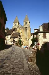 Conques (Aveyron) (Cletus Awreetus) Tags: france massifcentral aveyron conques architecture tour abbatiale église clocher artroman rue pavé rouergue