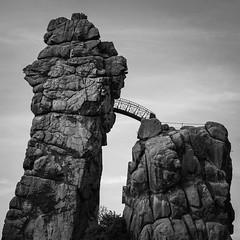 Die Brücke - Externsteine (jkiter) Tags: landschaft sw brücke architektur externsteine fels natur felsformation architecture bridge landscape nature outdoor schwarzweis bw blackandwhite einfarbig monochrome rock rockformation