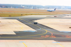 Alone @ taxiway (Nihil Baxter007) Tags: taxi taxiway flughafen airport aero aeropuerto fra frankfurt rollbahn landebahn flugzeug plane air aeroplane jet aircraft