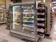 Making the case to keep this old case! (l_dawg2000) Tags: 2017 2017remodel bakery dairy delicatesen floraldepartment food formergreenhousestore freshandlocal grocery grocerystore kroger localflair millington pharmacy tennessee tn unitedstates usa