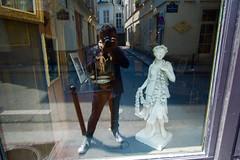 DSC_0103 (Juan Valentin, Images) Tags: paris france juanvalentin ville ciudad city reflection glass reflejo mirror vitrina vitrine escaparates esculturas sculpture jesus baby statueestatua statua selfportrait self autoretratos