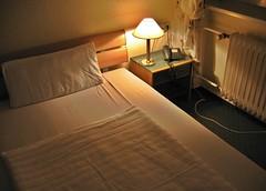 Eine Nacht im Hotel Ansbach (Robert Saucier) Tags: img8872 berlin hôtel hotel chambre room nuit night nightshot noflash oblique lampe lamp lit bedroom bed ansbach draps oreiller radiateur