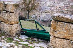 Puertas al Campo (117/365) (Walimai.photo) Tags: puerta door campo field coche car verde green metal piedra stone portugal castelobom detail detalle nikon d7000 nikkor 35mm