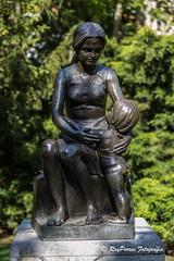 La Maternidad en el Campo o Parque de San Francisco de Oviedo, Principado de Asturias, Españpa. (RAYPORRES) Tags: 2018 estanquedelospatos mayo oviedo principadodeasturias esculturas monumentos monumento lamateridad estatuas españa campodesanfrancisco